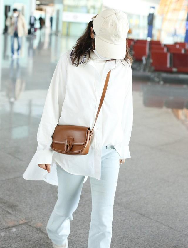 海清身穿浅色系走小清新风,看上去像个女大学生,真是越活越滋润