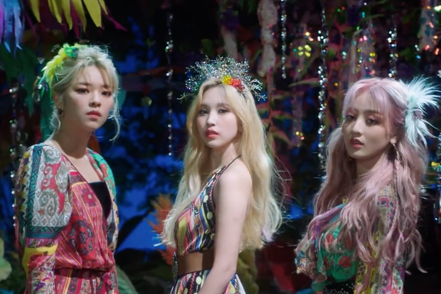 TWICE《MORE & MORE》MV中的7个造型 给你夏日美妆与时尚的所有灵感