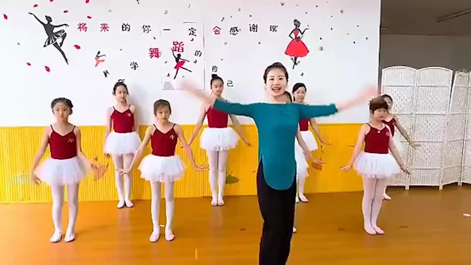 老师教学同学们跳《蜗牛与黄鹂鸟》,音乐一响我就上头了!