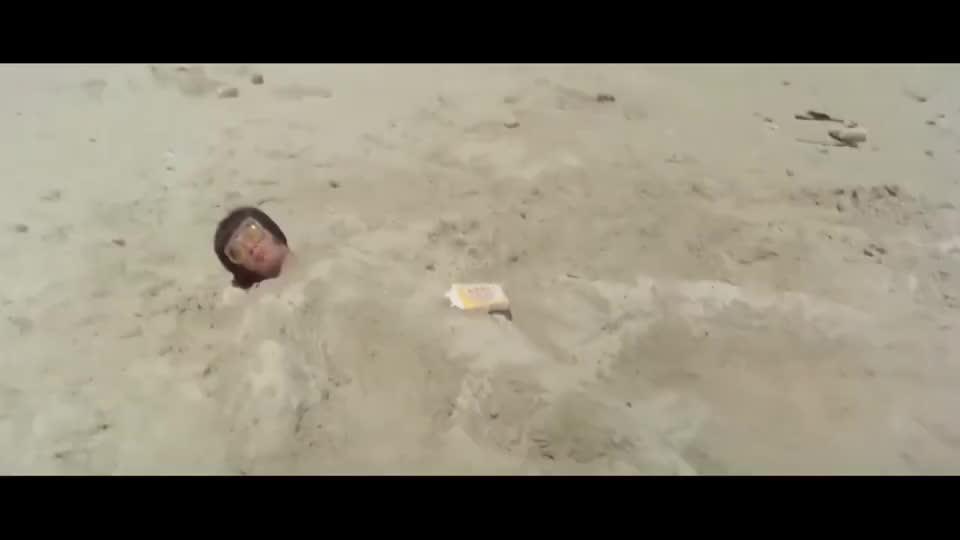 杀手以为刘家荣躺在沙堆里,直接拿叉子插他,谁知他是站在沙坑里