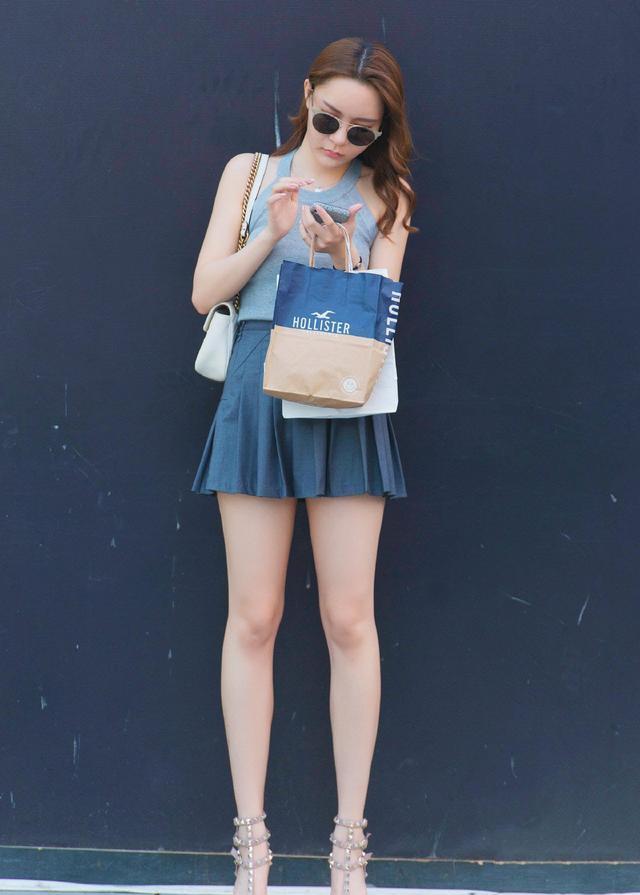 针织吊带搭配深蓝百褶裙,高跟鞋一穿,青春靓丽,女神范十足!