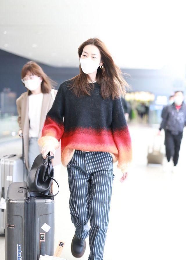 刘雯穿渐变色毛衣搭配条纹裤,时尚潇洒,很有国际超模范