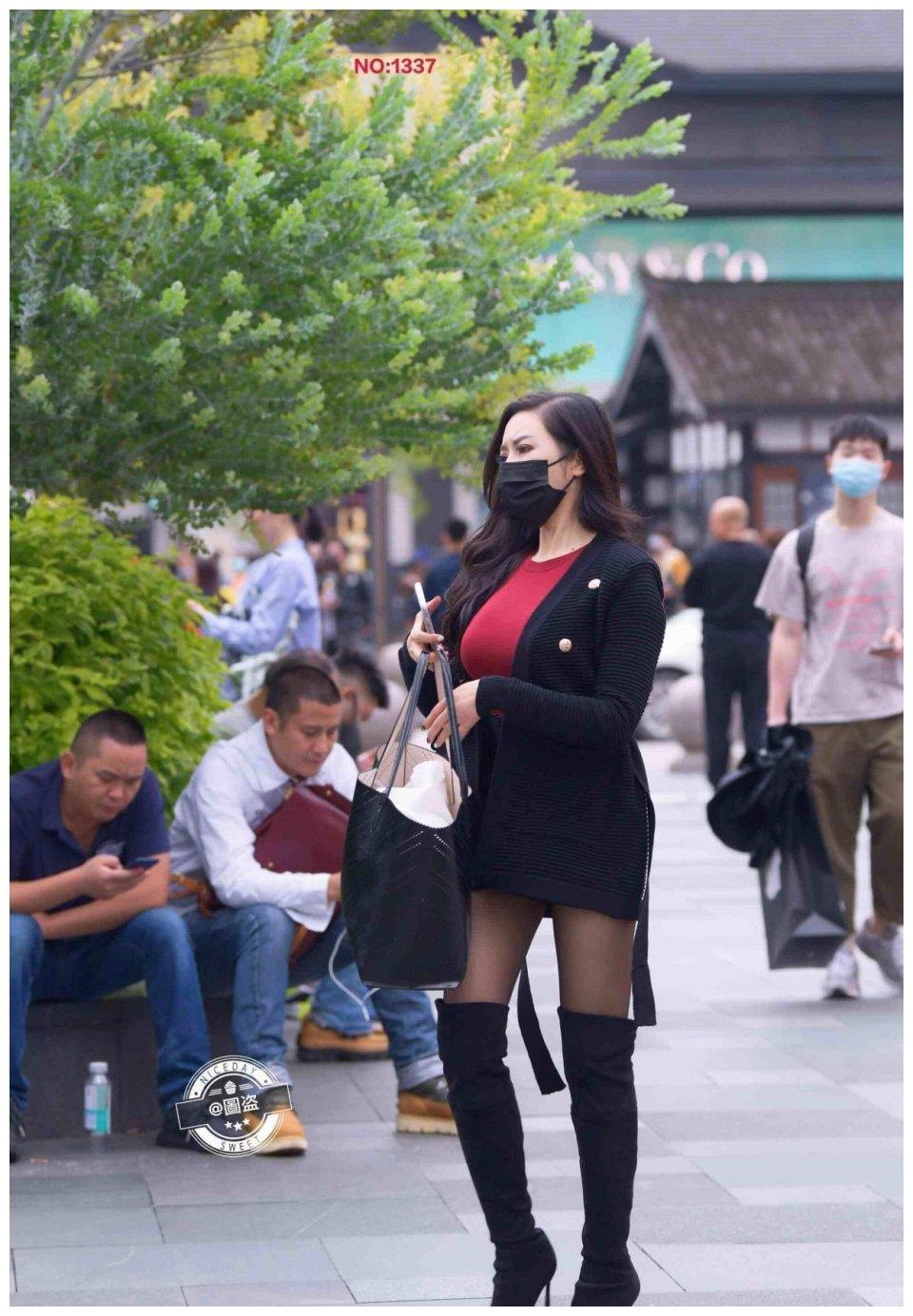 青春时尚的连衣裙装扮,展示年轻女孩的时尚表情,搭配凉鞋