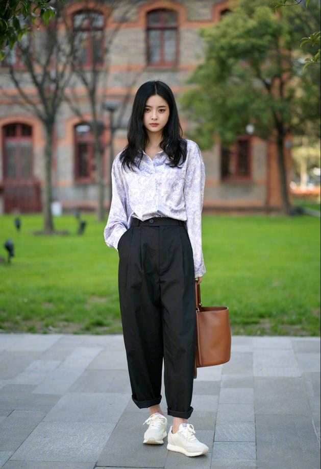 时尚:雪纺衫的飘逸是它的一大优点,视觉上突出身材线条