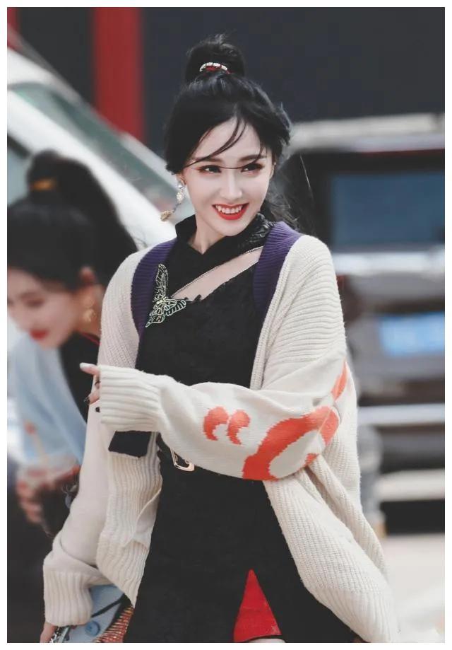 王艺瑾穿短款旗袍,个性娇俏满满少女感,不俗的品味与时尚态度。