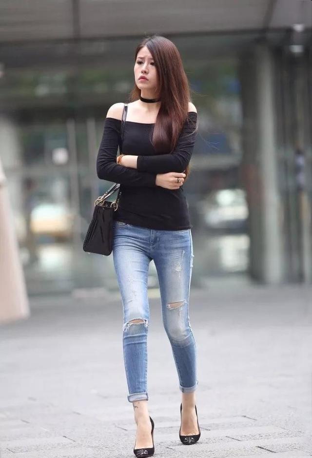 为了穿搭省心,气质女生选择破洞牛仔裤,轻松打造时尚个性的美