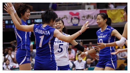女排奥运冠军33岁留洋海外,让日本国宝级主攻流泪,真是了不起