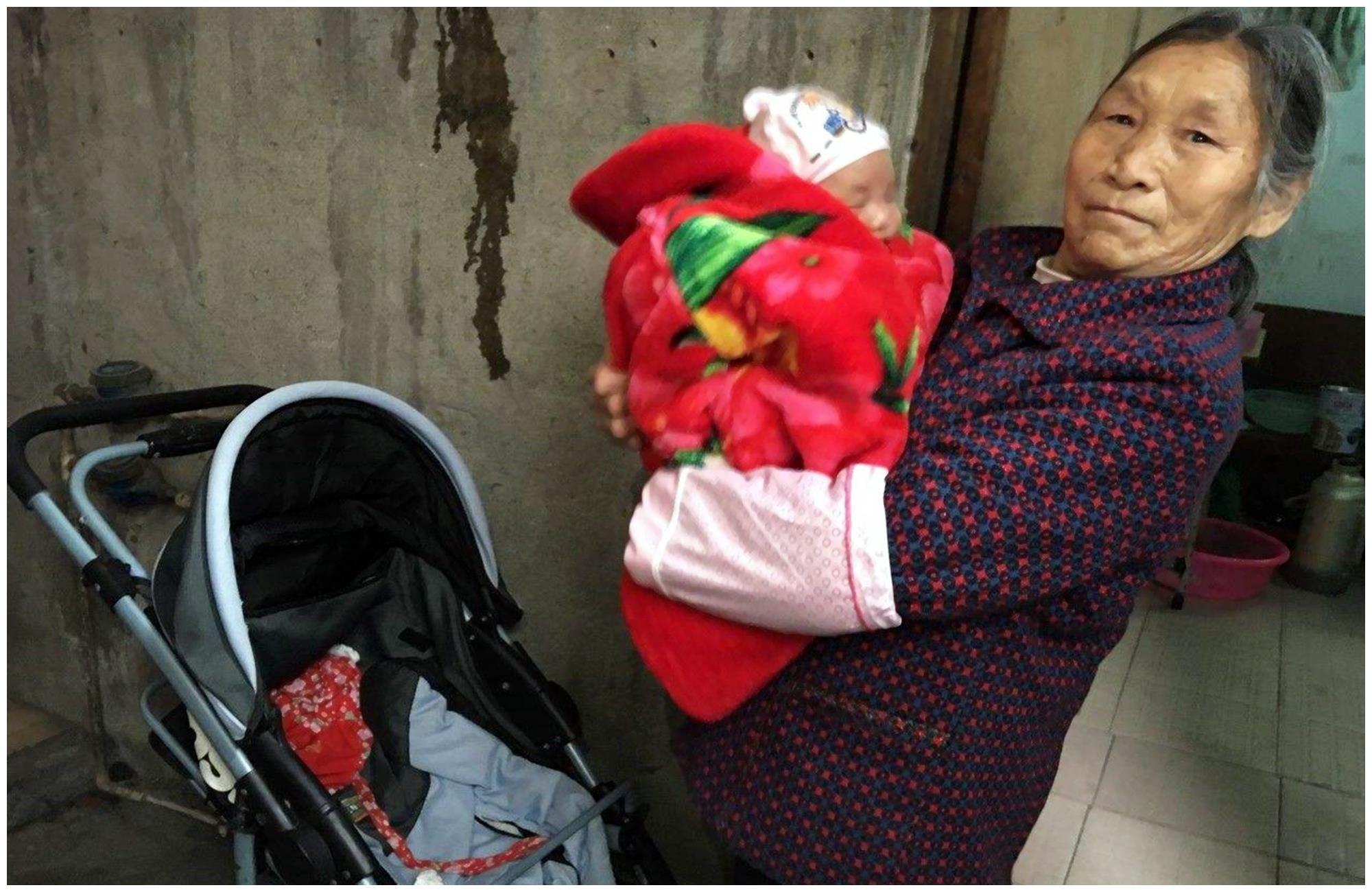 同样外出遛娃,49岁二胎妈妈和49岁奶奶差距明显,现状倍感心酸