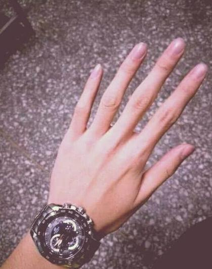 心理学:第一眼你喜欢哪只手?测你看人的眼光准不准!