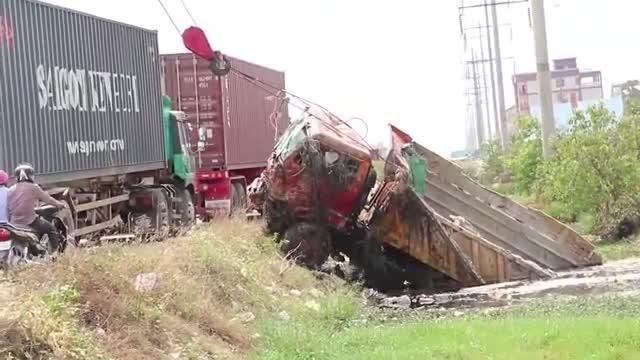 土渣车师傅都经历了什么,起重机拖车一同前来救援