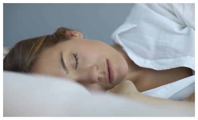 仰睡、侧睡、趴睡,哪种对脊椎好?也许和你想的不同