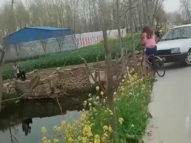 视频:妹子,你这技术就别踩自行车了,把对面桑塔纳吓够呛