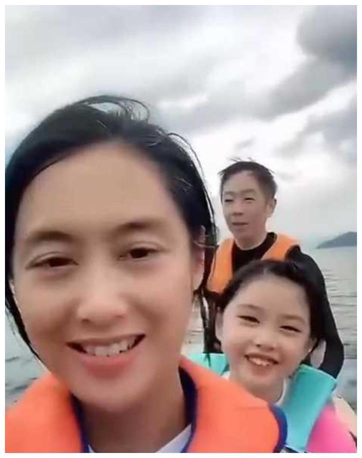 黄贯中与妻女分开数月,晒划船视频难掩思念,女儿似迷你版朱茵