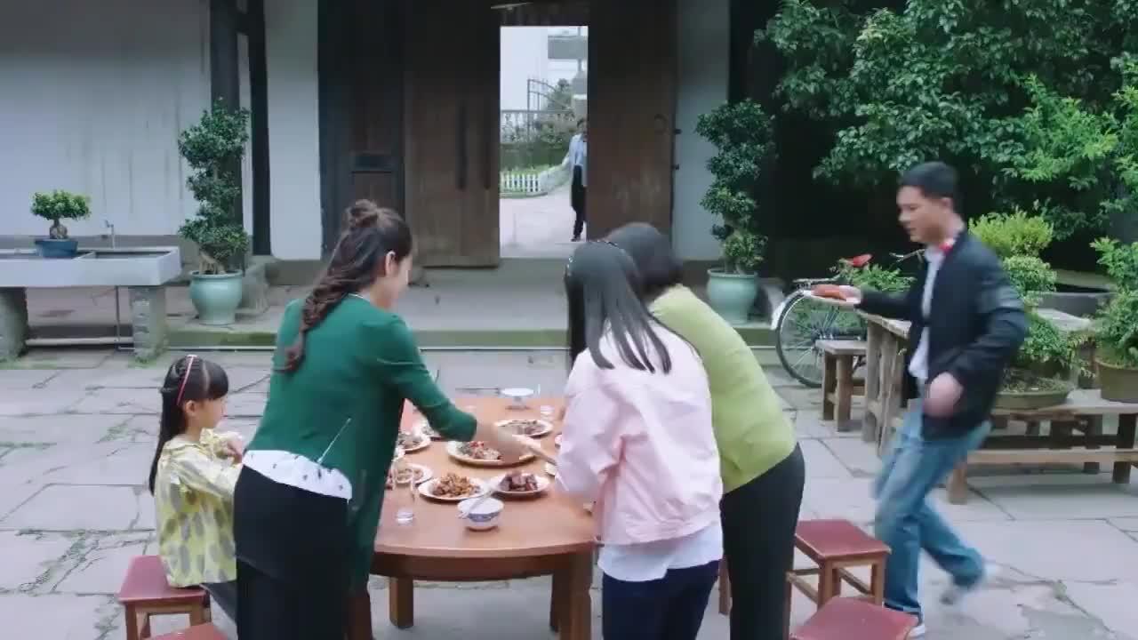 女儿在饭桌上挑食后妈不敢出声下秒娘家人做法霸气