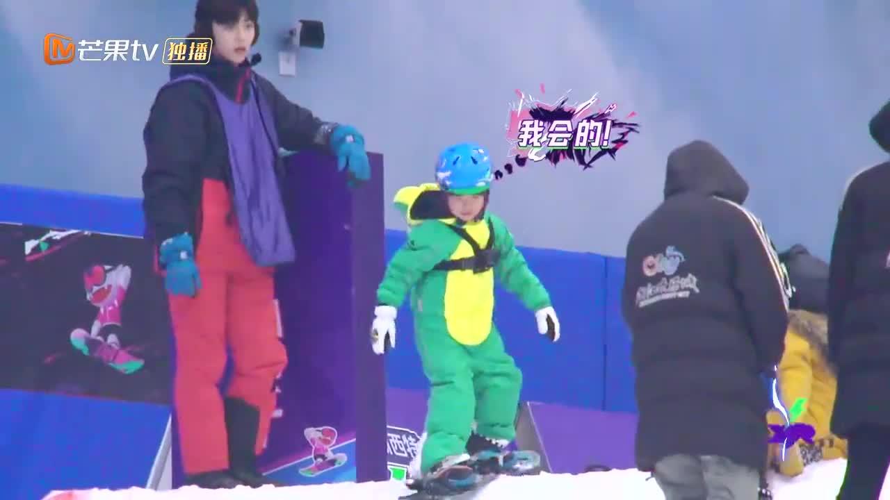 五岁男孩解锁滑雪新高度,一个漂亮的腾空飞,让陈立农都服气!