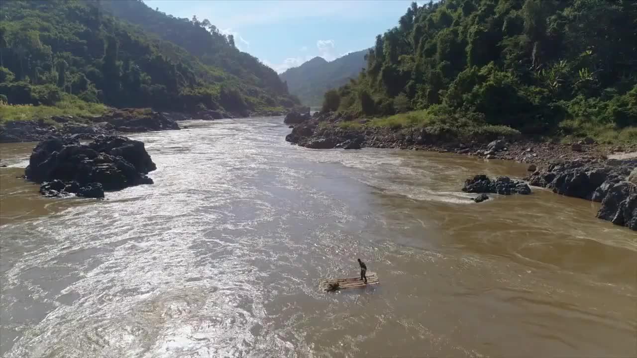黑爷在河上漂流,身体失去平衡,真是担心