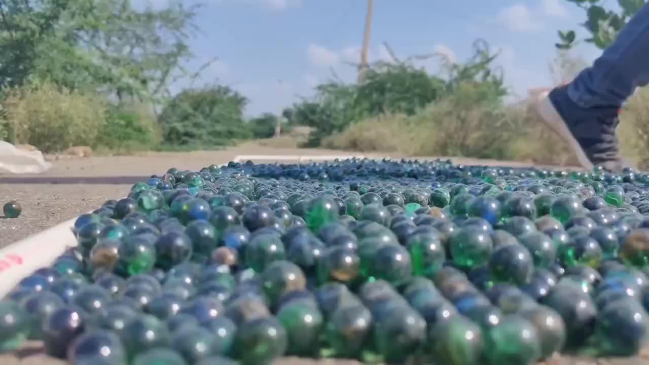 用拖拉机碾压1万颗玻璃珠,老外作死实验,结果让人意想不到!