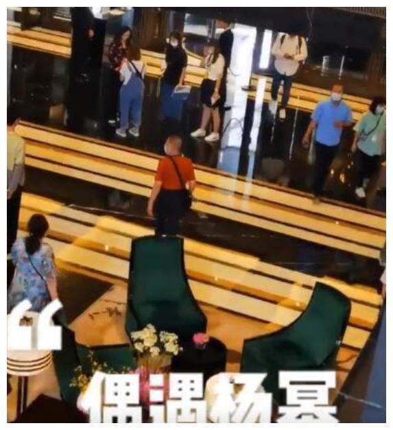 34岁杨幂拍戏仨助理伺候,女助理蹲地为其穿鞋,神态自然惹争议