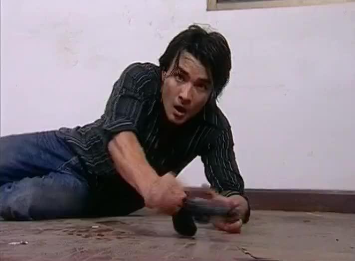 麻雀变凤凰:绑匪手里有枪,男主赤手空拳救人还受伤了,不明智