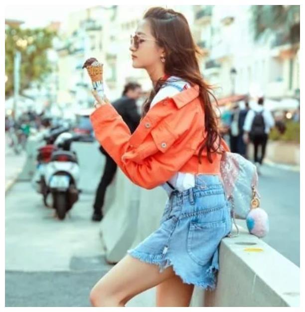 关晓彤穿橘红色的牛仔外套 搭配了蓝色牛仔背带连衣裙时尚又高级