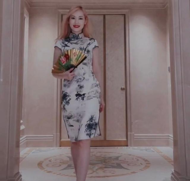 马蓉穿旗袍秀婀娜身材,露一截白嫩小腿,身后的豪宅像是城堡