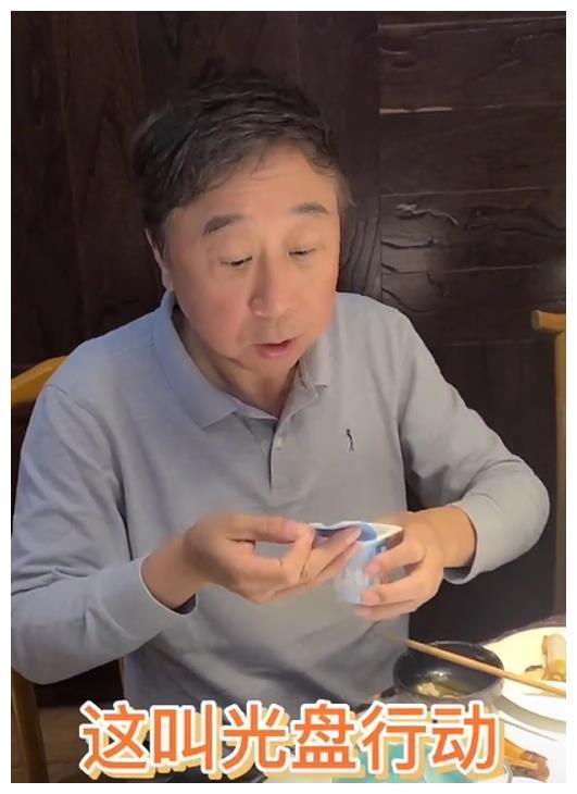 """9月28日,著名相声演员冯巩在社交平台上更新了一个视频动态,写道:""""'你能像巩哥一样做光盘动作吗?''以身作则,号召大家持光盘行动。      …"""