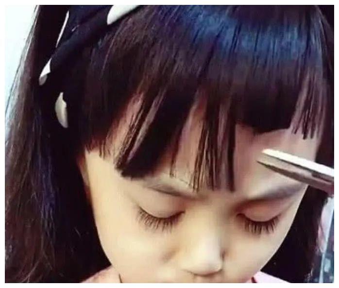 """妈妈给女儿剪头发,""""狗啃式""""刘海亮相,女儿眼睛拯救一张脸"""