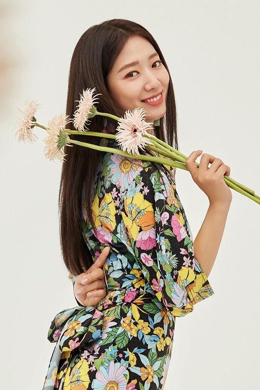 朴信惠充满春天气息的写真 展现出比花更美的姿态
