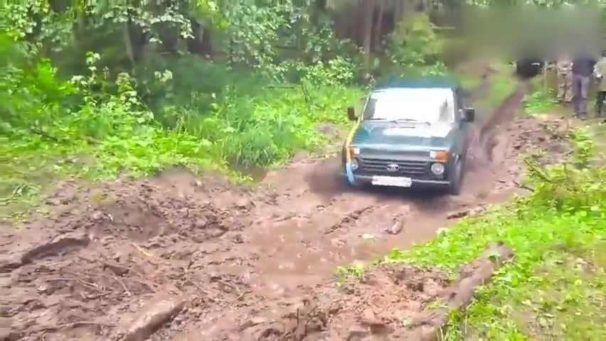 视频:哈弗H5对决铃木吉姆尼,遇到一个泥潭,才知道四驱能力哪个强了