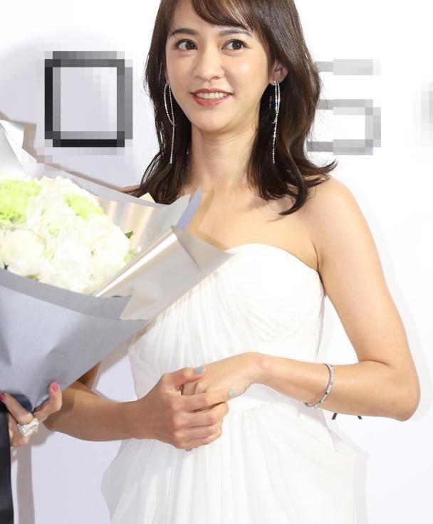 37岁的陈意涵穿了一件白色筒裙 分娩后她的身体恢复得很好 但是她的颈部线条很明显