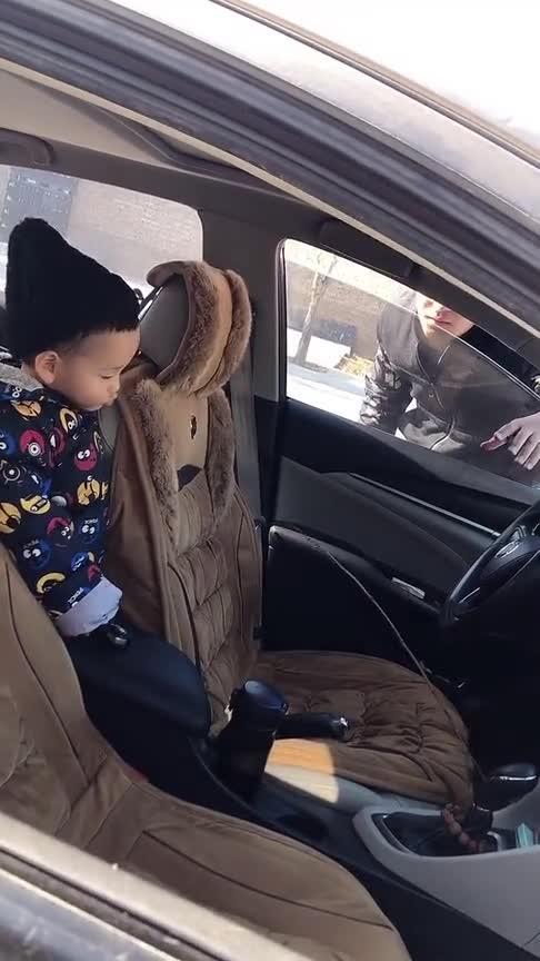 我还在车里呢你拿根小棍儿侮辱谁呢!