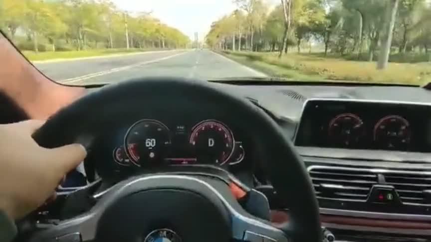 车主太疯狂了!250kmh的速度闯红灯!