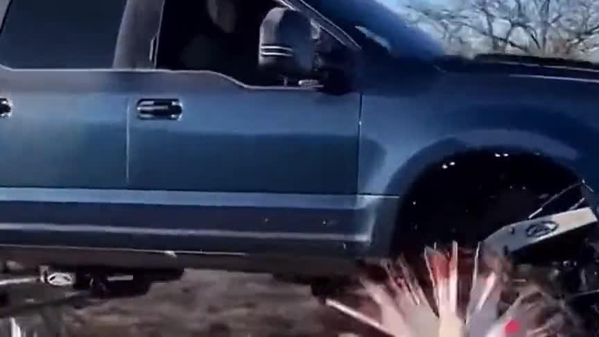 小伙发挥脑洞制作的汽车轮胎,简直有些辣眼睛,这车真的能开吗?