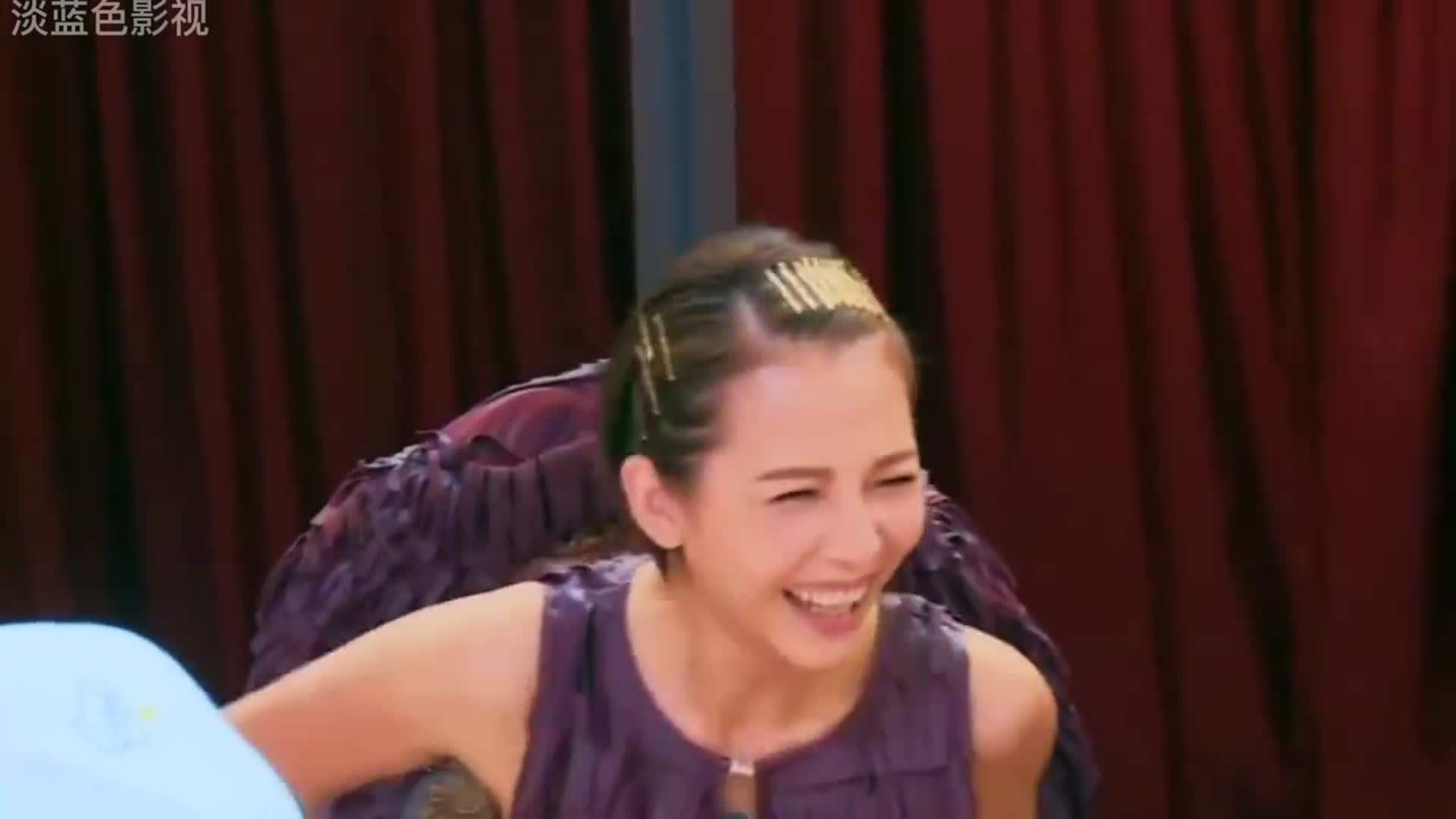 谢娜现场模仿蔡少芬,模仿的太像了,太好笑了