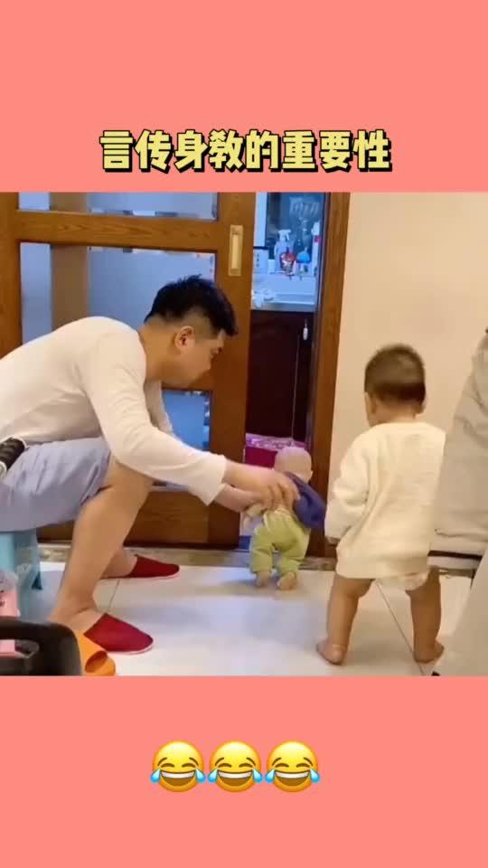 爸爸为了让孩子不进厨房,用娃娃做示范告诉他后果