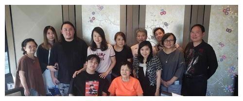 13岁费曼胖到认不出,家人为其提前庆生,爸爸吴镇宇因工作缺席