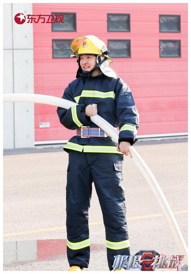 《极限挑战》展现消防员帅气与辛苦 黄明昊看呆后更疯狂点赞