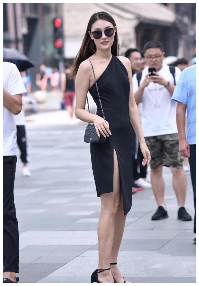 黑色斜肩连衣裙搭配高跟凉鞋,优雅大方,休闲唯美,穿出新高度