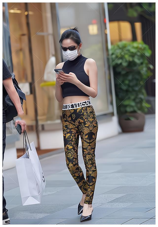 黑色无袖短衫搭配金色绣花打底裤,潮流时尚,还很显瘦