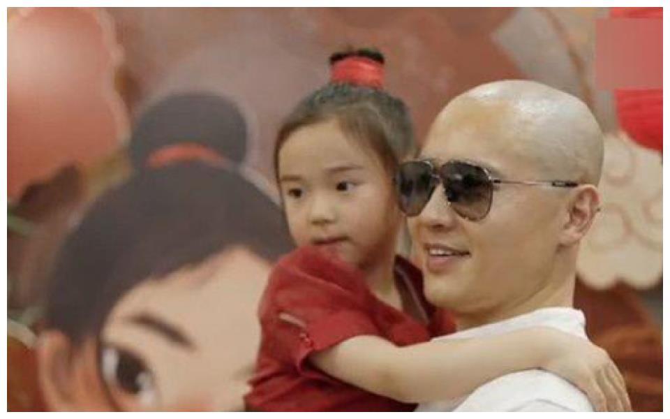 高云翔为女儿庆生,剃光头难辨认,董璇的婚姻观与育儿观太正了