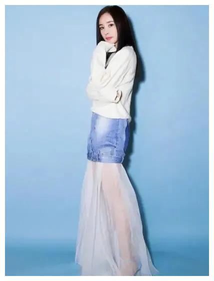 杨幂将蚊帐和反穿牛仔短裤、穿出时尚潮流