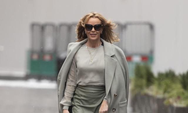 克莉茜格纹衬衫裙的优雅,奥莉维亚短款运动背心的妩媚 欧美街拍