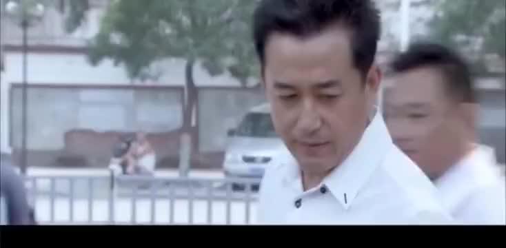 正午阳光:县委书记路边买桃子,不料碰到了城管,书记都被吓一跳