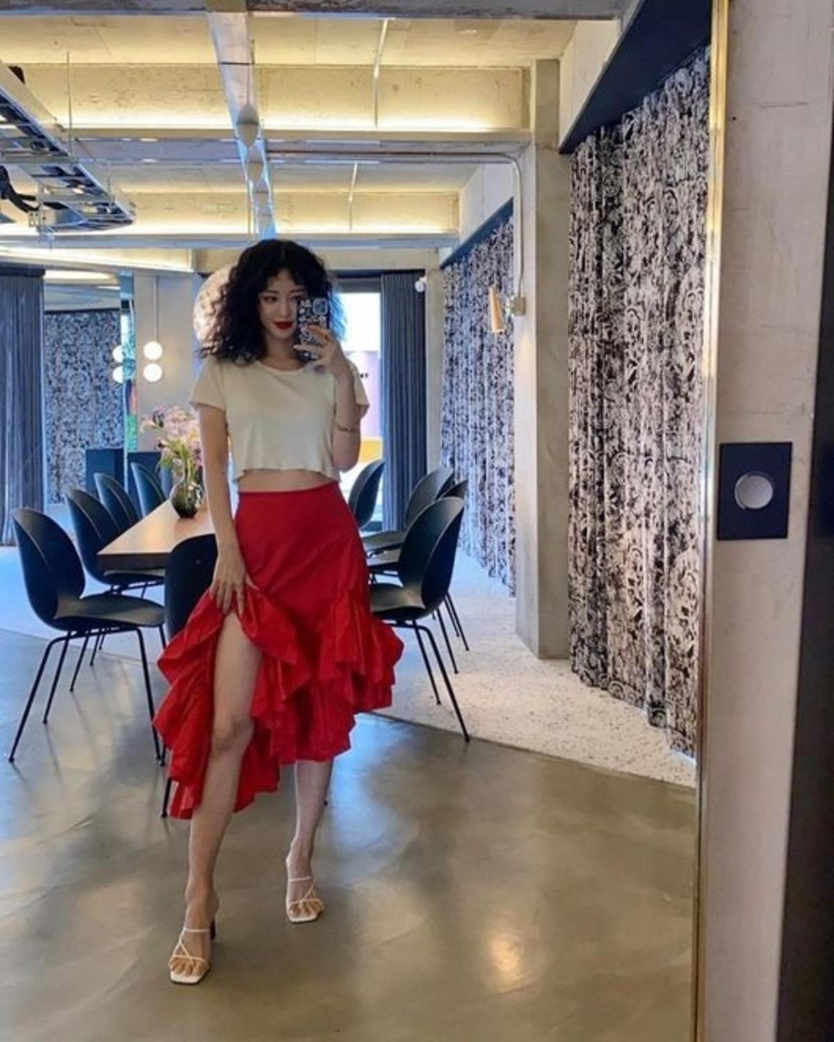 韩艺瑟身材超赞 穿着红色裙子展示美腿