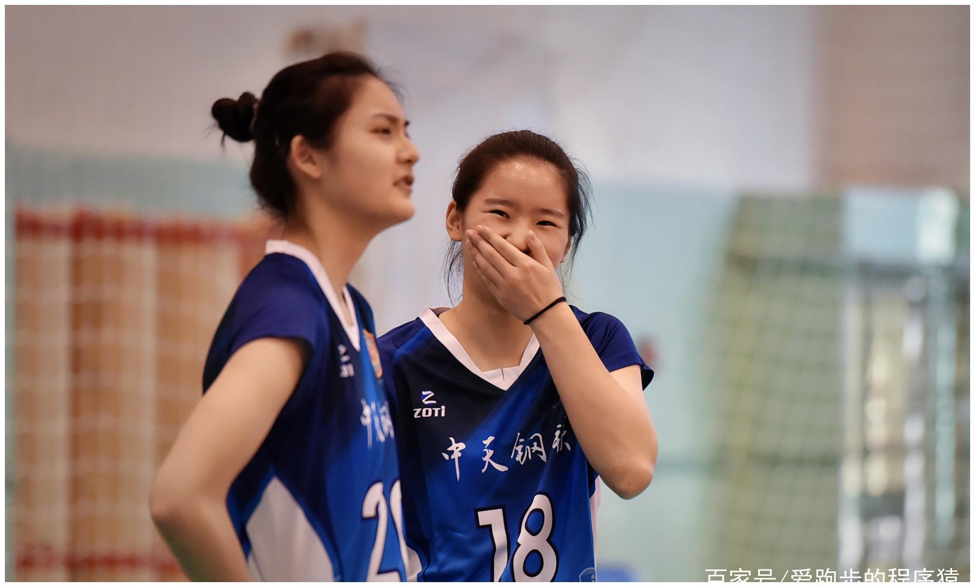 女排体测:奥运冠军悠闲围观,倪非凡最可爱