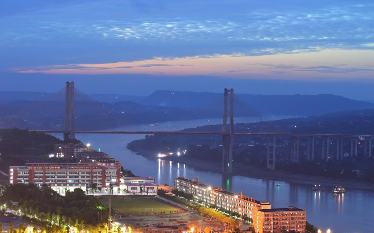 四川省泸州合江县的一个大镇 由一条河流