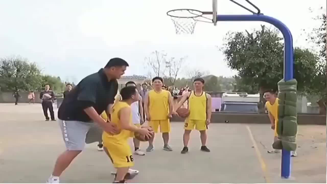 姚明也太会玩了抱起对手去灌篮这大个子到底会不会打篮啊