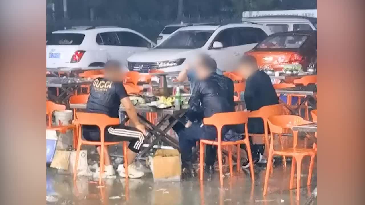 山东4男子雨中吃火锅谈笑风生,目击者:本来8个人,4个人躲雨