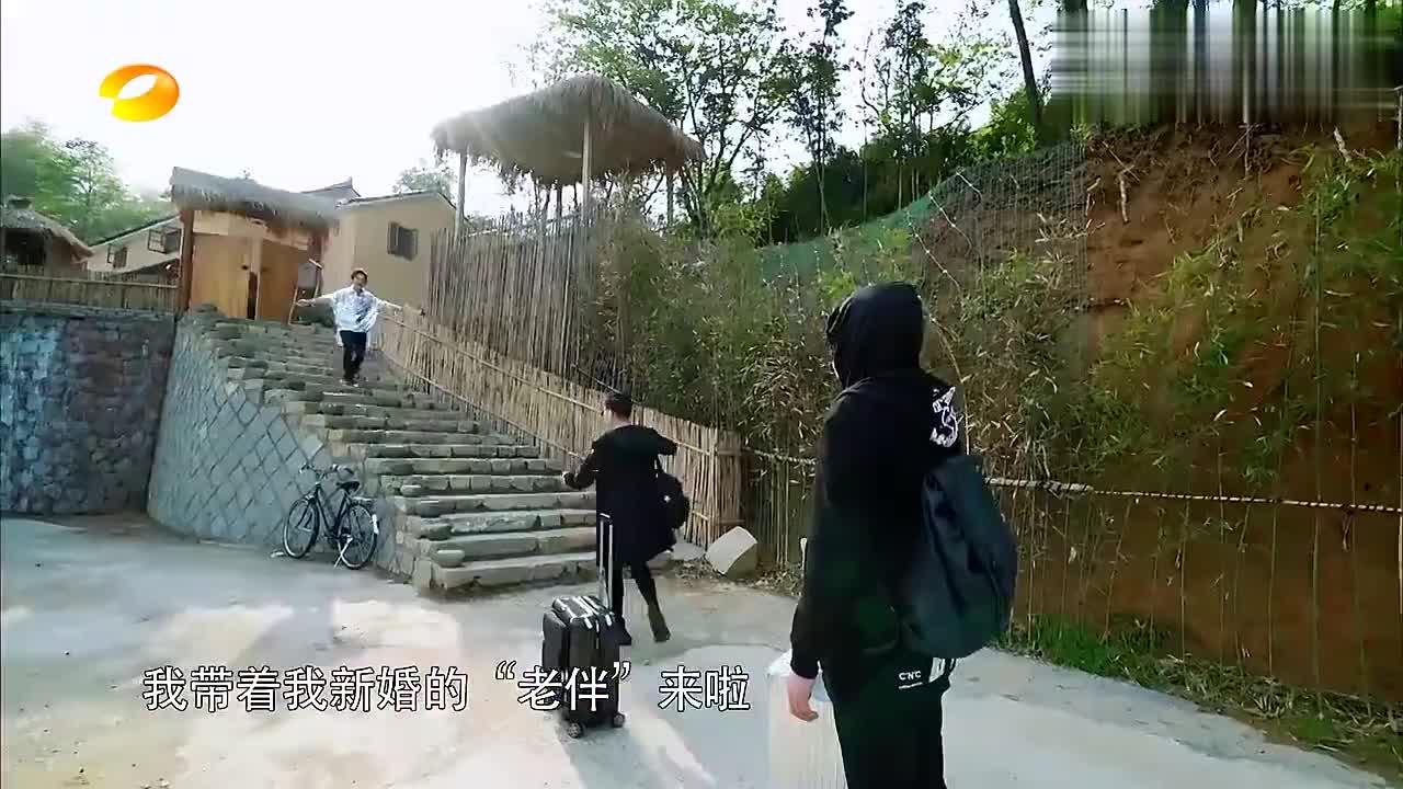 宋丹丹调侃赵宝刚是老公,吓得何炅不敢上前拥抱