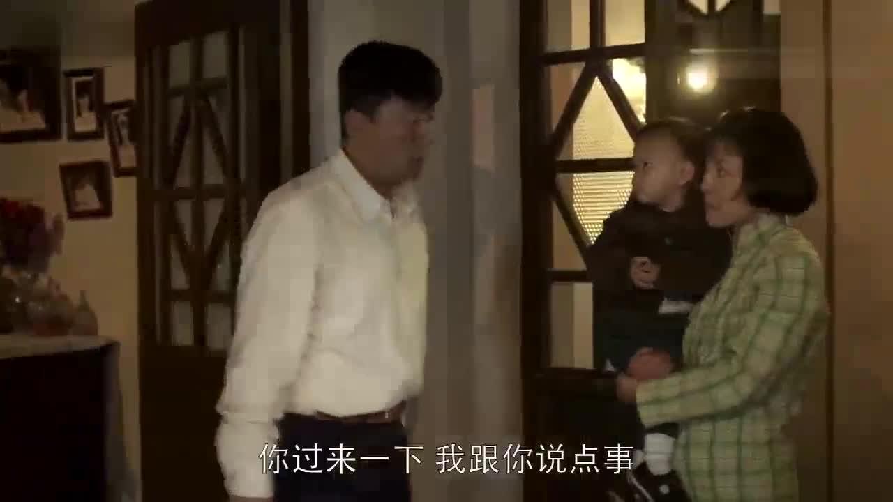 老丁猜透了妻子心里的小九九,在门口坐着不让她出门